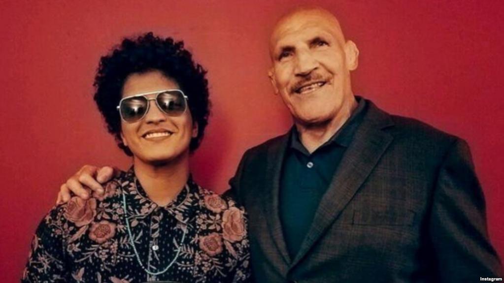 WWE: Bruno Mars pays tribute to Bruno Sammartino - Bruno Mars