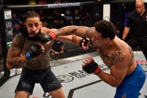 UFC: Greg Hardy KO's Tebaris Gordon in 17 seconds (VIDEO) - Hardy