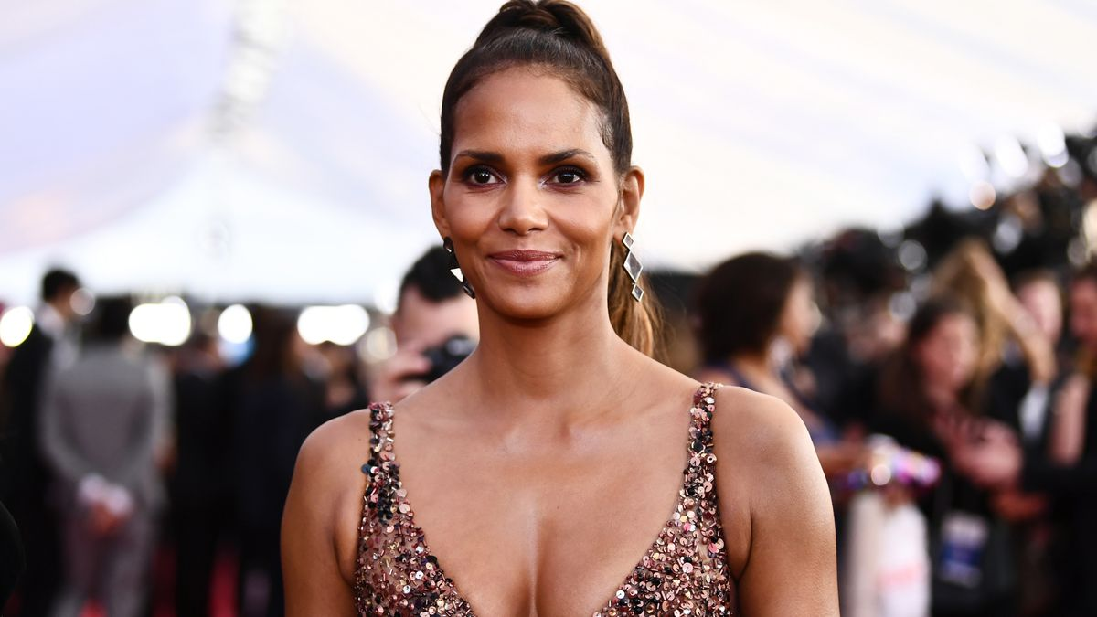 Bond girl turns MMA mark: Halle Berry to direct and act in MMA based movie! - Halle Berry