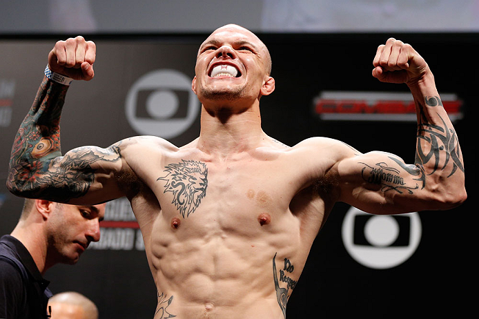 Anthony Smith shows off swollen legs after suffering brutal Oezdemir kicks - Anthony Smith
