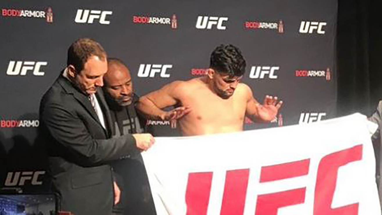 Watch: Did Kelvin Gastelum sneakily rest his elbow on the man standing behind him to make 185 limit? - Gastelum
